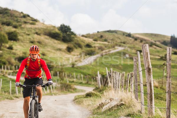 Homem equitação mountain bike estrada rural montanha Foto stock © blasbike
