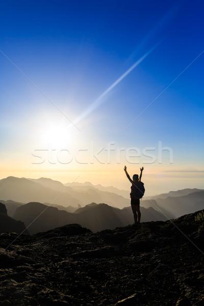 Stock fotó: Nő · kirándulás · siker · sziluett · hegyek · naplemente