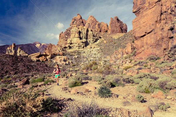 Photo stock: Jeune · femme · sentier · courir · montagnes · été · jour