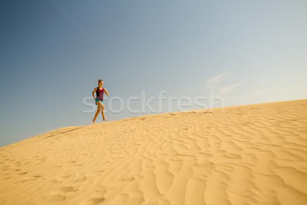 Zdjęcia stock: Młoda · kobieta · uruchomiony · piasku · pustyni · piękna