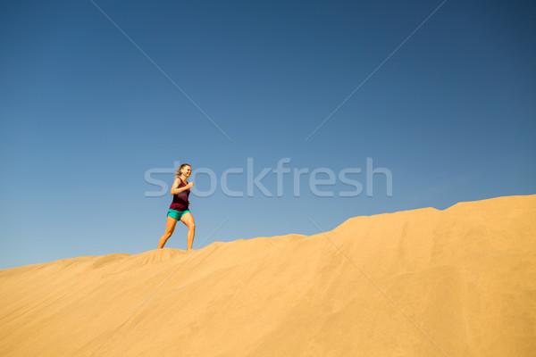 Zdjęcia stock: Młoda · kobieta · uruchomiony · piasku · pustyni · piękna · plaży