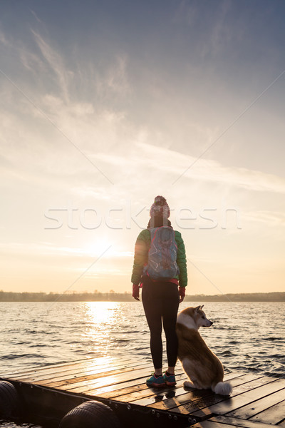 Femme chien jouir de sunrise lac randonneur Photo stock © blasbike