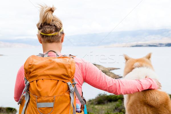 Mulher caminhadas caminhada cão mar paisagem Foto stock © blasbike