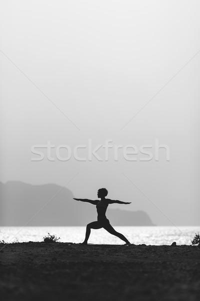 Mulher meditando silhueta oceano praia Foto stock © blasbike