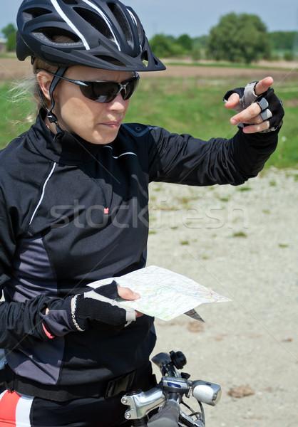 Mulher bicicleta mapa mulher jovem mountain bike verão Foto stock © blasbike