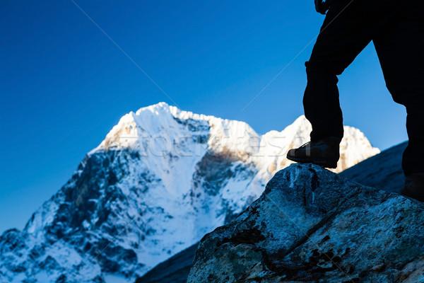 Homem caminhadas himalaia montanhas silhueta Nepal Foto stock © blasbike