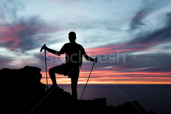 Foto stock: Hombre · senderismo · silueta · montanas · océano · puesta · de · sol