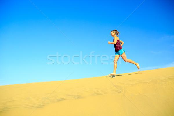 Zdjęcia stock: Młoda · kobieta · jogging · boso · piasku · pustyni · uruchomiony