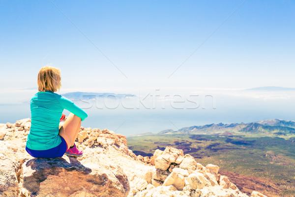 Nő meditáció gyönyörű inspiráló tájkép fiatal nő Stock fotó © blasbike