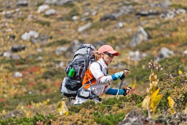 Femme trekking montagnes jeune femme randonneur randonnée Photo stock © blasbike