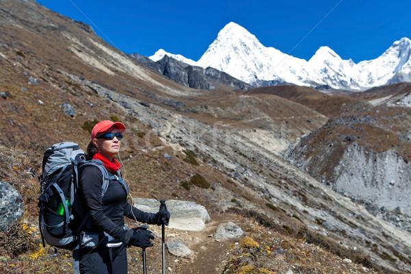 Vrouw trekking bergen jonge vrouw wandelaar Stockfoto © blasbike