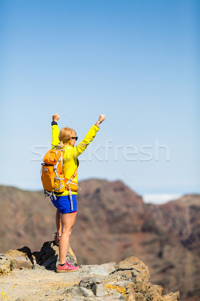 Randonnée succès heureux femme montagnes réussi Photo stock © blasbike