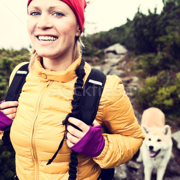 Foto stock: Feliz · mulher · caminhadas · vintage · montanhas · cão