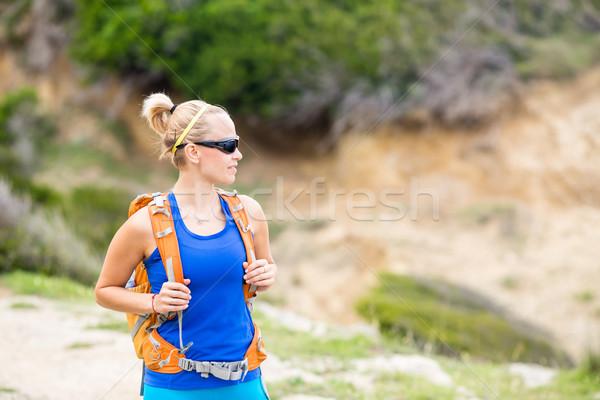 Vrouw wandelen rugzak bergen parcours ontspanning Stockfoto © blasbike
