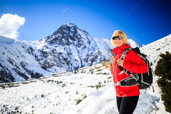Mujer caminante feliz caminando himalaya montanas Foto stock © blasbike