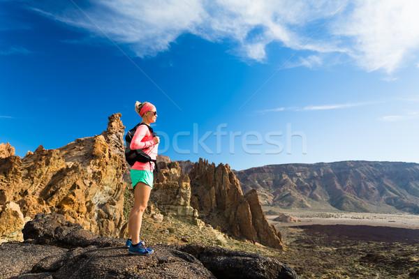Donna montare escursionista godere montagna Foto d'archivio © blasbike