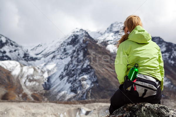 Nő természetjáró megnyugtató kövek Himalája hegyek Stock fotó © blasbike