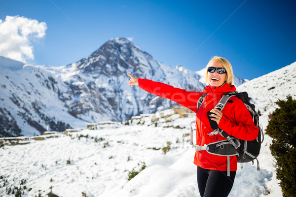 Mulher andarilho feliz caminhada himalaia montanhas Foto stock © blasbike