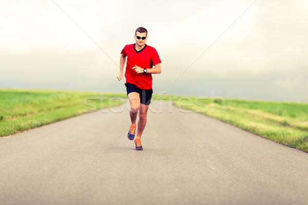 Hombre ejecutando camino rural saludable Foto stock © blasbike