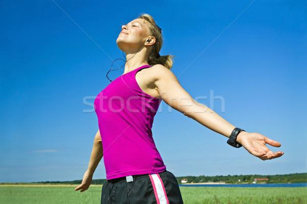 Kadın rahatlatıcı çalışma genç kadın mavi gökyüzü mutlu Stok fotoğraf © blasbike