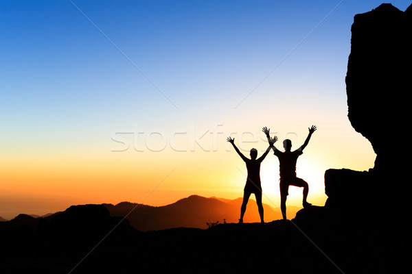 Foto stock: Pareja · excursionistas · éxito · montanas · puesta · de · sol · armas
