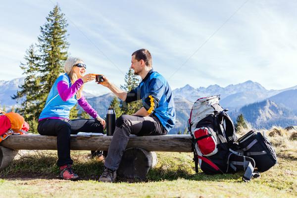 Foto stock: Pareja · excursionistas · camping · potable · montanas · hombre