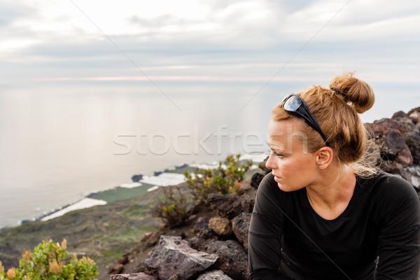 Bela mulher assistindo pôr do sol mulher jovem olhando belo Foto stock © blasbike