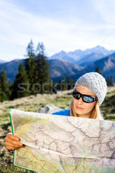 Zdjęcia stock: Kobieta · turysta · czytania · Pokaż · góry · młoda · kobieta