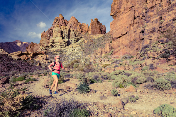 Photo stock: Femme · sentier · courir · montagnes · sac · à · dos · croix