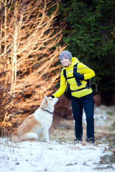 Stockfoto: Vrouw · wandelen · winter · bos · hond · witte
