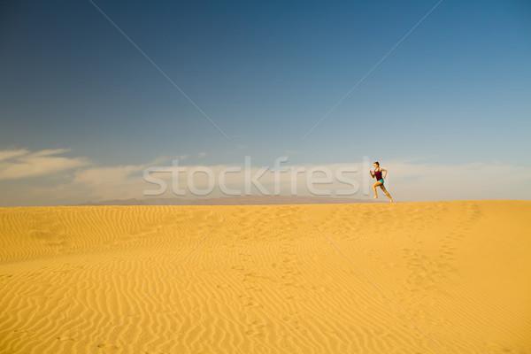 Mulher jovem corrida areia deserto belo inspirado Foto stock © blasbike