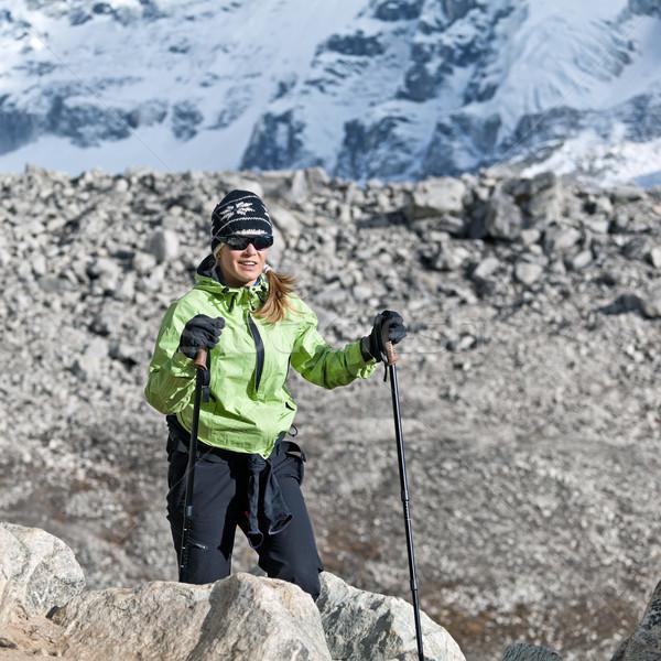 Vrouw wandelen bergen jonge vrouw wandelaar Stockfoto © blasbike
