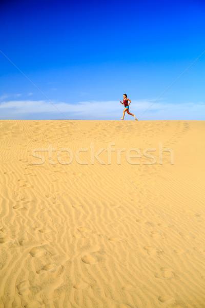 Stock fotó: Fiatal · nő · fut · homok · sivatag · gyönyörű · inspiráló