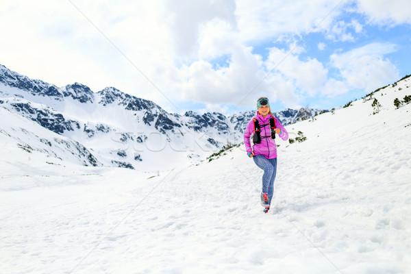 Mujer ejecutando montanas invierno paisaje Foto stock © blasbike