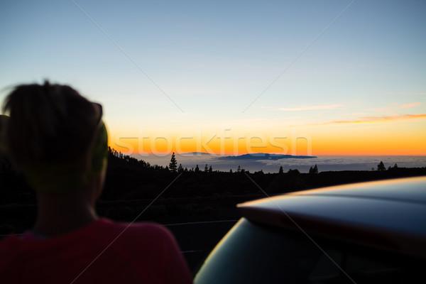 Mujer caminante mirando inspirador paisaje océano Foto stock © blasbike