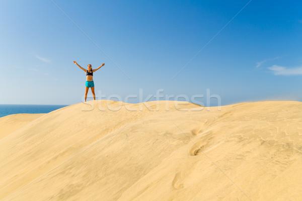 Bem sucedido mulher corrida areia deserto fitness Foto stock © blasbike