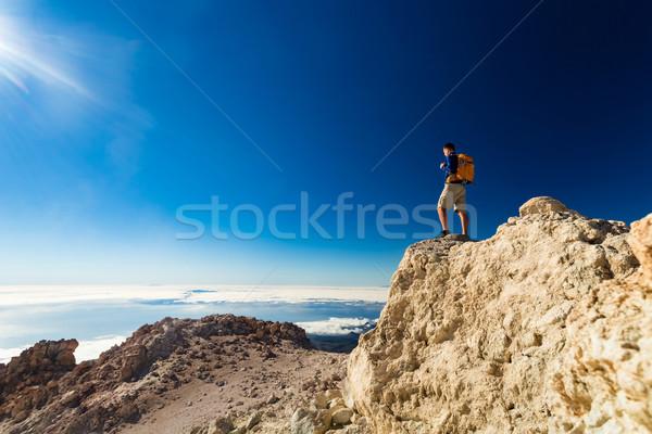Człowiek turystycznych turysta szlak runner patrząc Zdjęcia stock © blasbike