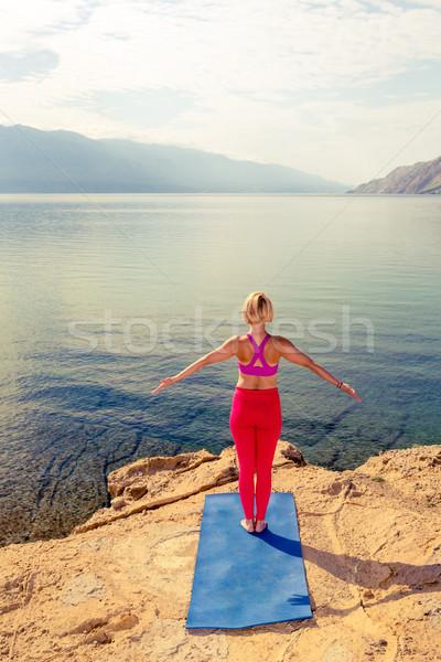 Mulher meditando ioga árvore pose mar Foto stock © blasbike