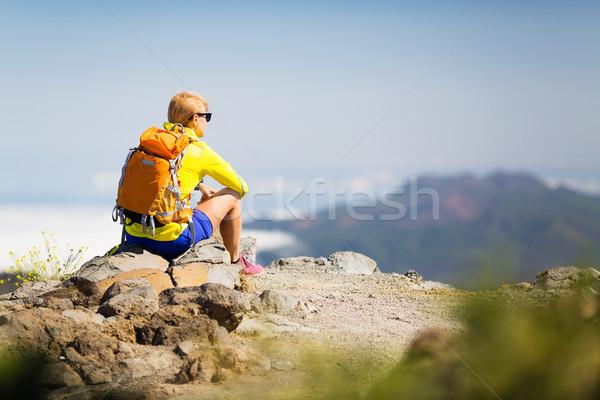 Randonnée heureux femme détente montagnes réussi Photo stock © blasbike