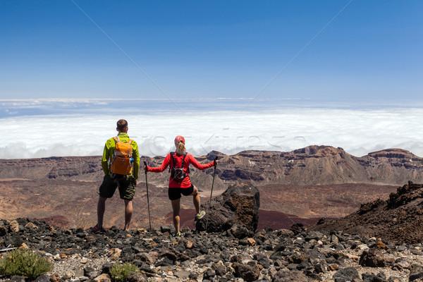 Paar wandelaars hoog bergen man vrouw Stockfoto © blasbike