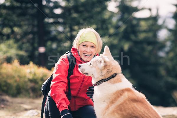 Foto stock: Feliz · mulher · caminhadas · caminhada · cão · outono