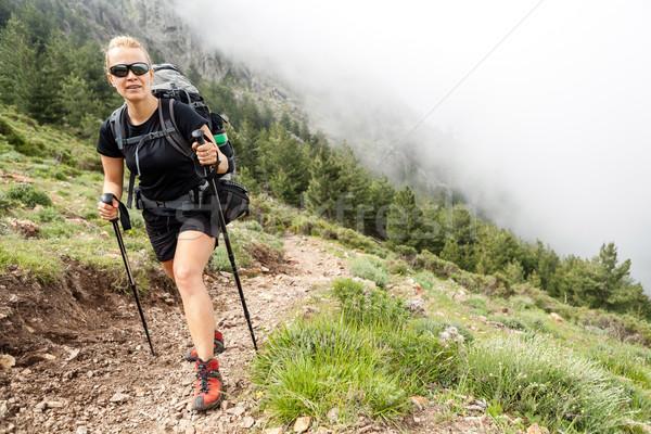 Nő kirándulás hátizsák hegyek Korzika Franciaország Stock fotó © blasbike