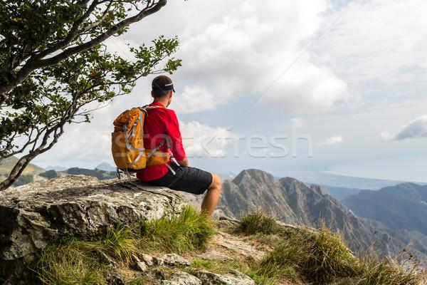 Wandelaar bergen naar wandelen man Stockfoto © blasbike