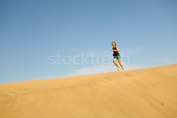 Zdjęcia stock: Kobieta · uruchomiony · boso · piasku · pustyni · młoda · kobieta