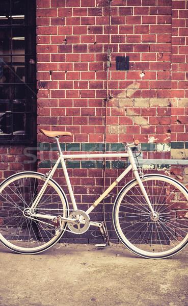 Város bicikli piros fal retro klasszikus Stock fotó © blasbike