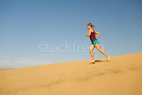 Zdjęcia stock: Młoda · kobieta · uruchomiony · piasku · pustyni · kobieta · sportowiec