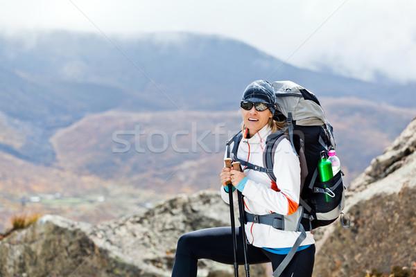 Vrouw trekking bergen jonge vrouw wandelen Stockfoto © blasbike