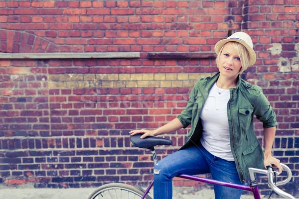 Hipszter nő út város bicikli kerékpáros Stock fotó © blasbike