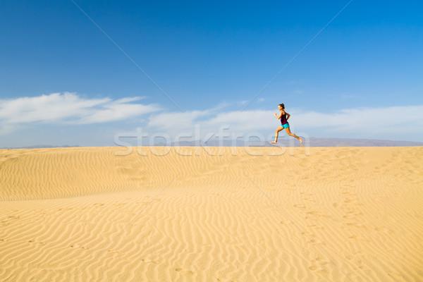 Donna a piedi nudi esecuzione sabbia deserto formazione Foto d'archivio © blasbike