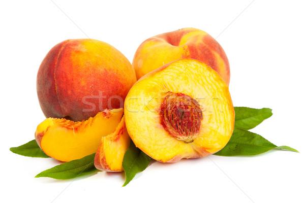 Três perfeito maduro pêssegos metade fatias Foto stock © bloodua